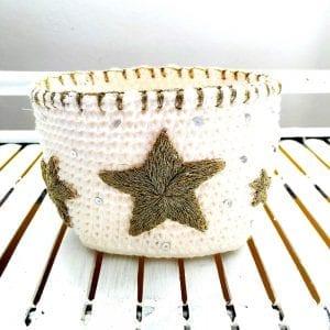 Corbeille en mêche de coton et étoiles argentées