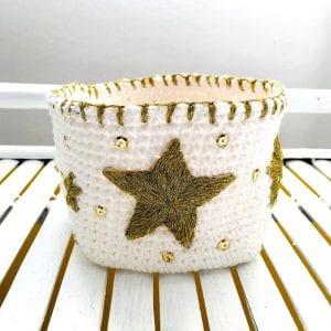 Corbeille en mêche de coton et étoiles dorées